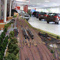 Blick über nahezu den gesamten Bahnhof bei einer Ausstellung in einem Autohaus