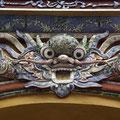 Aus Muscheln und Steinen entstehen Ornamente, Köpfe, Drachen und sonstige Wesen