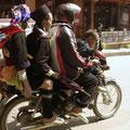 Selbst beim Rollerfahren (wie sollen auch sonst 5 Personen auf einen Roller passen???)