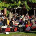 Die Einheimischen geniessen ihr Wochenende im Biergaerten
