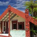 Ein Versammlungshaus der Maori von aussen...