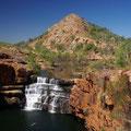 Mal ist's ein stufenfoermiger breiter Wasserfall