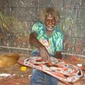 Ein Aboriginie erklaert uns die Bedeutung seiner Zeichnung.