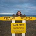 Ich befinde mich am Slope Point, dem suedlichsten Punkt der Suedinsel... und mich wundert jetzt auch nicht mehr, warum es hier so kalt ist. Bin schliesslich fast schon am Suedpol! Und dass ich vor Ecuador erst nach D fliege,macht auch nicht wirklich Sinn