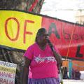 ... und diese Frau macht ihre Forderungen an die Regierung klar. Sie fordert bilinguale Schulen, oeffentliche Verkehrsmittel fuer ihre Communities und und und...
