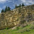 ... faehrt man zunaechst an vielen Felsformationen vorbei, die den Maori einst Schutz boten.