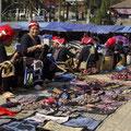 Schließlich erreichten wir aber den Markt von Sapa, auf dem die Frauen der umliegenden Bergvölker ihre Handarbeiten verkaufen.