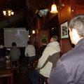 die aber nicht so gut besucht sind wie der Irish Pub... Das ist uebrigens morgens frueh um 10... da wuerde man bei uns niemanden in einem Pub antreffen, aber die Fussballfans kennen eben keine Gnade, wenn Mailand gegen Manchester United spielt...