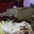 Inder schlafen auch nicht auf der Couch ein, sondern auf dem Fußboden...