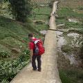 Schließlich fanden wir den richtigen Weg, der uns steil hinab ins Tal brachte.