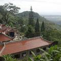 Auf diesem Berg thront der liegende Buddha.