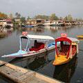 Zu den Hausbooten gehören dann jeweils kleine Zubringer-Boote.