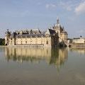 Mit Blick auf das Wasserschloss von Chantilly.