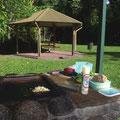 Ueberall in den Parks findet man uebrigens geile Picknickplaetze mit Grills. Man muss nur einen Knopf druecken und schon ist die Platte an...