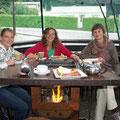 Und das bin ich in Queenstown mit Caroline und ihren beiden franzoesischen Freundinnen (eine davon hinter der Kamera) in einem der netten Cafes... diesen Tisch haetten wir am liebsten fuer zu Hause mitgenommen... Lagerfeuer fuers Wohnzimmer...
