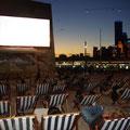 Abends wurde die grosse Leinwand fuer Filme genutzt...