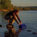 Schnell Wasser schoepfen, bevor die Krokodile mich entdecken...