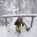 Die Brücke ist eher nicht für so viel Schnee ausgelegt.