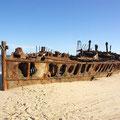Ein altes Schiffswrack am Strand