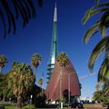 mit seinem futuritischen Glockenturm.