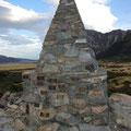 Und hier das Ehrenmal fuer die Opfer der umliegenden Berge.