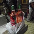 Keine Ahnung, was genau wir da getrunken haben, denn in diese Flaschen hat er noch puren Alkohol gefuellt...