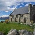 ... mit seiner kleinen Kirche.