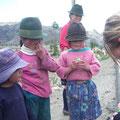 Die Kinder freuen sich ueber unsere Geschenke.