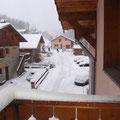 Der Blick vom Balkon - hinter dem Haus am Ende der Straße startet auch schon der Lift.