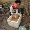 Das kann auch mal ein Hühnchen sein, welches neben einer schmutzigen Werkstatt   ausgenommen wird....
