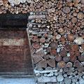 Kunstvoll liegt überall Holz gestapelt.