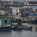 Hier wohnen tatsächlich Menschen in einfachsten Behausungen auf dem Wasser.