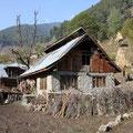 Im Winter kommen die Zigeuner aus den Bergen und beziehen hier ihre festen Häuser. Die sehen komfortabelaus, dennoch gibt es drinnen weder Toiletten, noch fließend Wasser, noch n Bett.