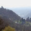Nach unten blickt man auf die märchenhafte Drachenburg und den Drachenfels.