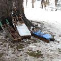 Diese alten Holzschlitten erinnern irgendwie an historische Aufnahmen aus den Alpen.