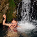 ... und lasse mir vom Wasserfall den Ruecken massieren... ansonsten macht das ja leider niemand :-)