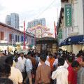 Obwohl ich Little India sehr in mein Herz geschlossen hatte, so war mir doch am Sonntag, als wirklich tausende von indischen Maennern ihren freien Tag auf den Strassen verbrachten, als weisse Frau ein wenig unwohl...