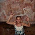 Auf dem Weg zu den Wasserfaellen passiert man Wandmalereien der Aboriginies.