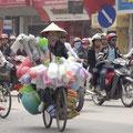 Aber auch ein Fahrrad tut`s... Plastikgefäße....