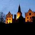 Schloss Arienfels begrüßt einen am Eingang von Bad Hönningen.