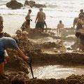 Dann befindet man sich offensichtlich am Hot Water Beach...
