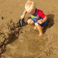 ... nichts ist ungewoehnlich, wenn Kinder im Sand spielen...
