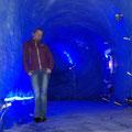 Ich begebe mich in eine Gletscherhöhle