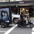 Das waere mein Traumjob... mit dem Roller Werbeplakate durch die Stadt fahren...