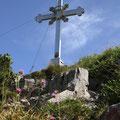 Das Gipfelkreuz ist fast erreicht.
