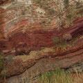 ... sind umgeben von bunt leuchtenden interessant strukturierten Felsen