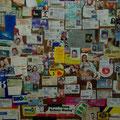 An dieser Wand haengen Ausweise, Geldkarten, Bilder und man ist den ganzen Abend damit beschaeftigt zu schauen, ob man nicht jemanden kennt...