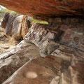 Unter den Felsvorspruengen wimmelt es nur so von Malereien...