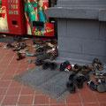 Nein, das was hier vorm Colaautomaten liegt, sind nicht die Schuhe fuer die Altkleidersammlung, daneben befindet sich einfach nur...