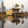 Die Seitenkanäle des Sees sind gesäumt von luxuriösen Hausbooten.